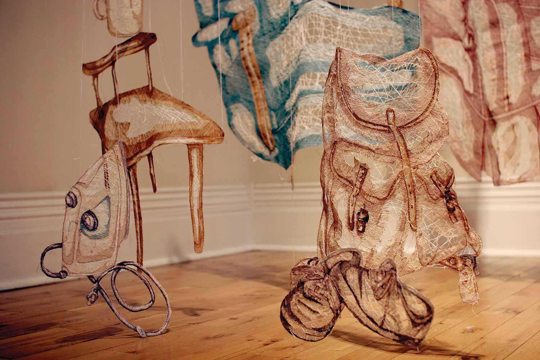 Détails de l'installation textile d'Amanda McCavour intitulée Living Room