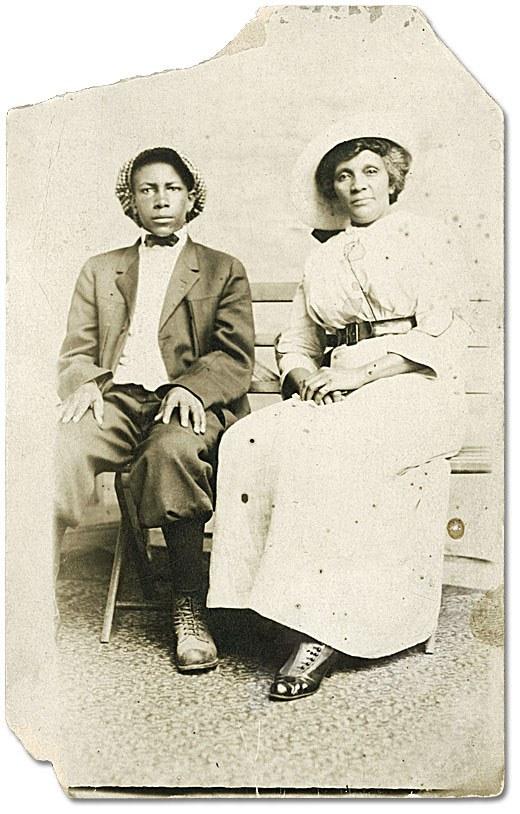 F 2076-16-3-2/Femme non identifiée et son fils [vers 1900], fonds Alvin D. McCurdy, Archives publiques de l'Ontario, I0027790.