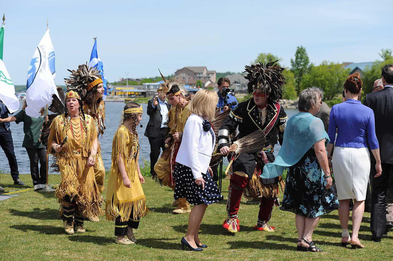 Sandokwa exécutant la danse de l'amitié huronne-wendat à l'occasion d'un événement commémorant l'héritage de Champlain