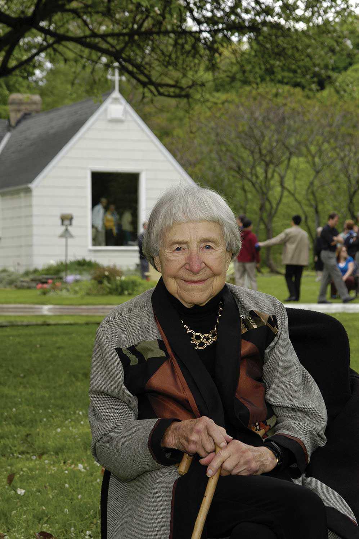 Doris McCarthy dans sa propriété, « Le Paradis d'une folle », en mai 2005 (Photo : David Lee)