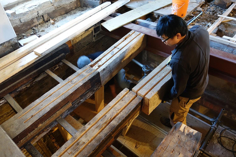 Nouvelles et anciennes poutres prêtes pour l'insertion de plaques en acier de renforcement