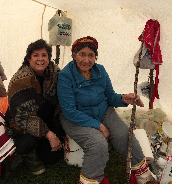 Cynthia Wesley-Esquimaux (à gauche) avec Elizabeth Penashue, née dans une famille de chasseurs et piégeurs innus qui vivait à Kanekuanikat, entre Esker et Churchill Falls, au Labrador. Elizabeth Penashue a déménagé à Sheshatshiu dans les années 1960 lorsque sa famille et sa nation ont été encouragées à se déplacer afin de faciliter leur intégration à la société canadienne par l'éducation et un mode de vie moins nomade. Photo offerte par l'auteure.