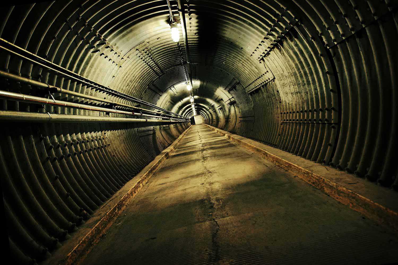L'entrée s'ouvre sur le tunnel anti-souffle, premier contact des visiteurs avec le musée. (Photo : Diefenbunker)