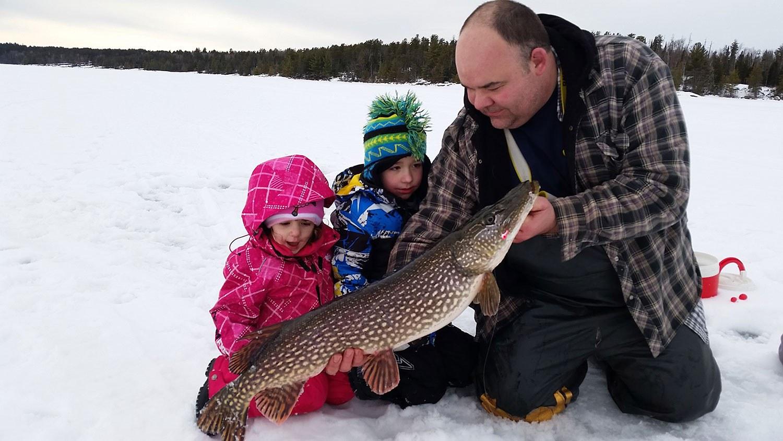 Brian Tucker avec ses deux enfants au lac à la Pluie en 2016.