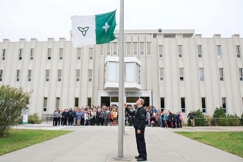 Levée du drapeau franco-ontarien devant l'Université de Sudbury