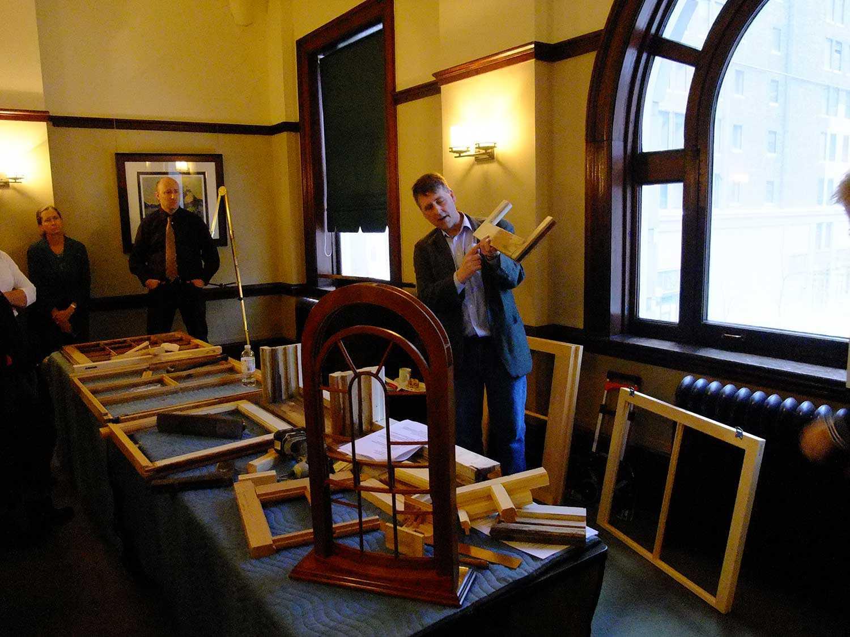 Alan Stacey, spécialiste des métiers du bois et maître-artisan, enseigne les techniques de conservation traditionnelles au Centre du patrimoine ontarien.