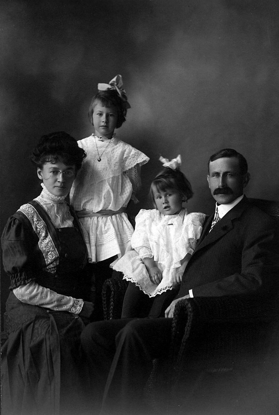 Portrait de la famille Ashbridge (Mable, Betty, Dorothy, Wellington).
