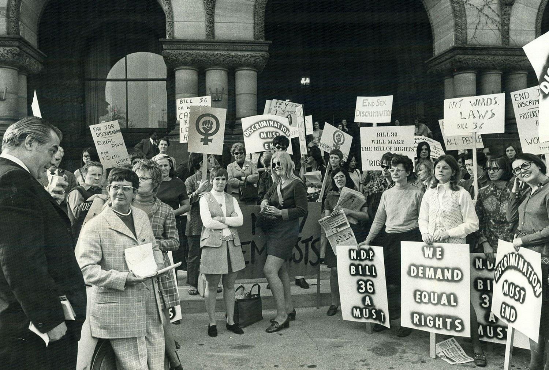 Des membres de la Voix des femmes, du Mouvement de libération des femmes, des New Feminists et des Jeunesses socialistes manifestent à Queen's Park en avril 1970 pour demander l'appui d'un projet de loi visant à assurer aux femmes un salaire égal pour un travail égal. (Source : Dick Darrell/Toronto Star)