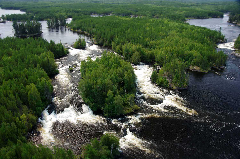 Quatre grandes rivières traversent le site, tout en rapides et en cascades (Photo : Pimachiowin Aki Corporation)