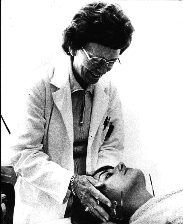 La Dre Peters positionne un patient pour une séance de radiothérapie (Collection du Dr Charles Hayter)