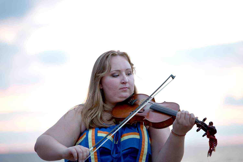 Femme du Métis Nation of Ontario jouant du violon