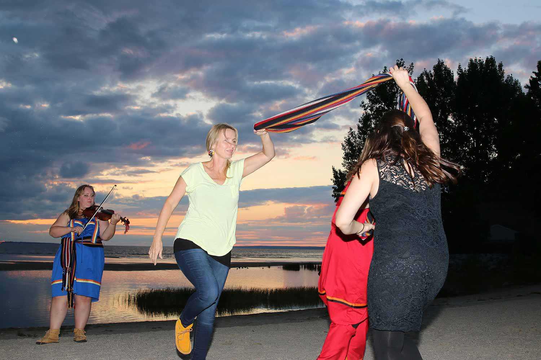 Groupe de gens du Métis Nation of Ontario dansant