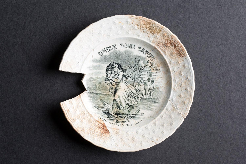 Une plaque ornée d'une scène de La Case de l'Oncle Tom (Photo gracieusement fournie par Timmins Martelle Heritage Consultants Inc. et Infrastructure Ontario)