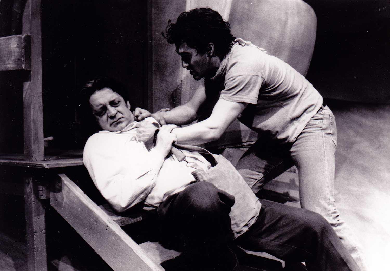 Scène tirée du Chien, pièce de Jean Marc Dalpé donnée pendant la saison 1987-1988 du Théâtre du Nouvel-Ontario. Photo reproduite avec autorisation.