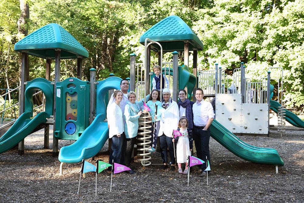 La première ministre Kathleen Wynne avec sa famille au parc Sherwood. De gauche à droite : Jessica, Stan, Kathleen, Olivia, Hugh, Jane, Maggie, Claire et Chris. Photo gracieusement fournie par la première ministre Wynne