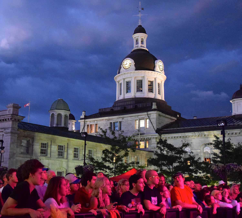 Lieu historique national du Canada de l'Hôtel-de-Ville-de-Kingston pendant le programme « cinéma sur la place ».