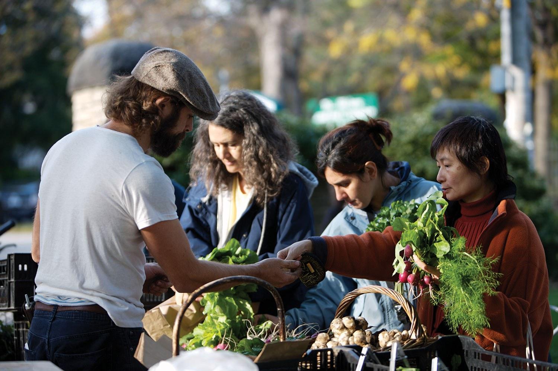 Partout en Ontario, des initiatives « Mangez local » et « Achetez frais, achetez local » ont été lancées, encourageant les consommateurs à entrer en contact direct avec les producteurs locaux. (Photo : Tourisme Ontario)