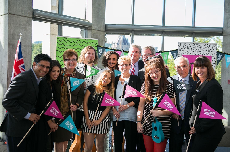 La première ministre Wynne, la ministre McMahon, le maire Watson et des députés d'Ottawa accompagnent les musiciens de Ginger Ale & The Monowhales à la fête donnant le coup d'envoi aux célébrations d'Ontario150