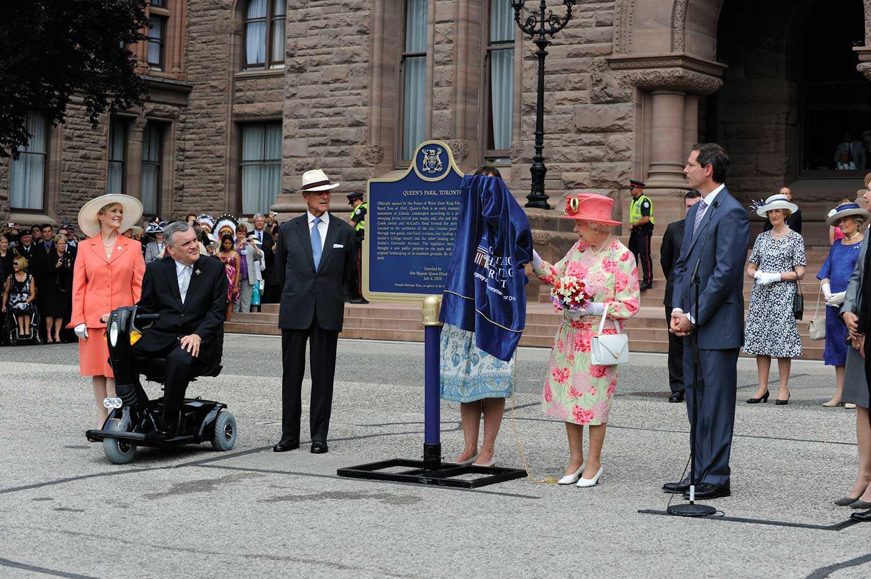 Le 6 juillet 2010, la Reine Elizabeth II a dévoilé une plaque provinciale pour commémorer le 150e anniversaire de Queen's Park (Photo : Rick Chard)