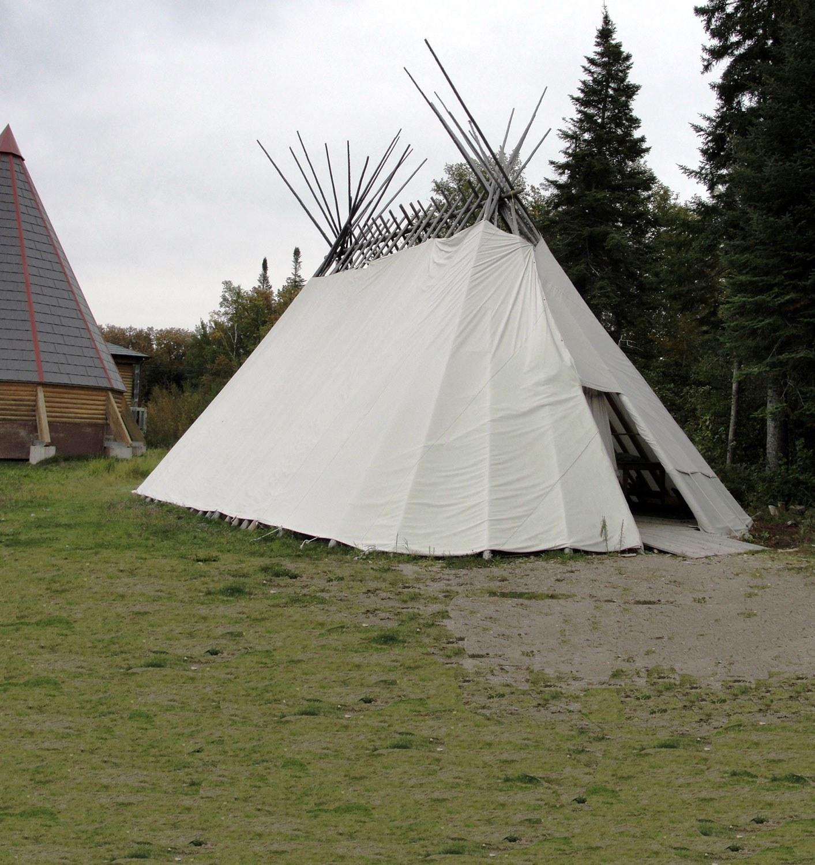 Un sabtuan (abri cri traditionnel) à Moose Factory.
