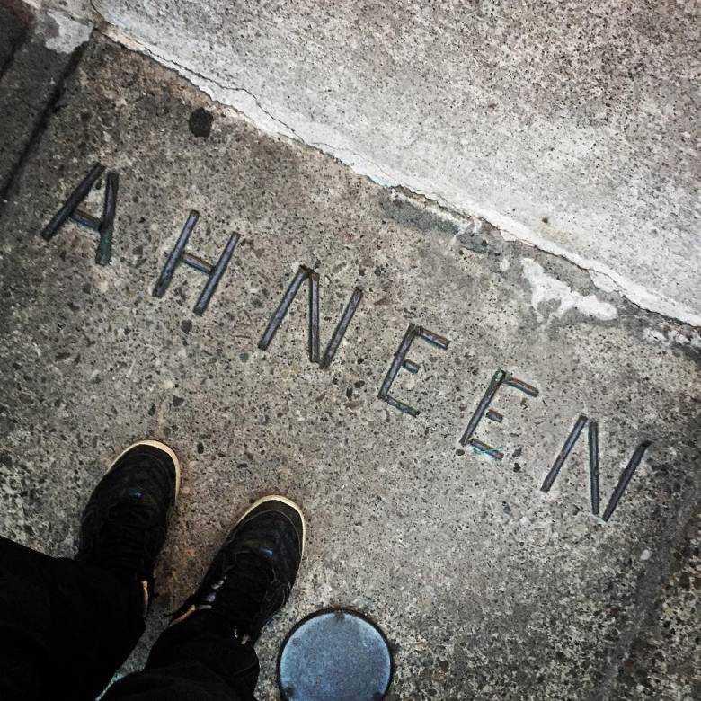 Le mot « ahneen », qui signifie « bonjour » en  aanishinaabemowin, figure sur le pas de la porte du  Native Canadian Centre. Photo : CBC Licensing.