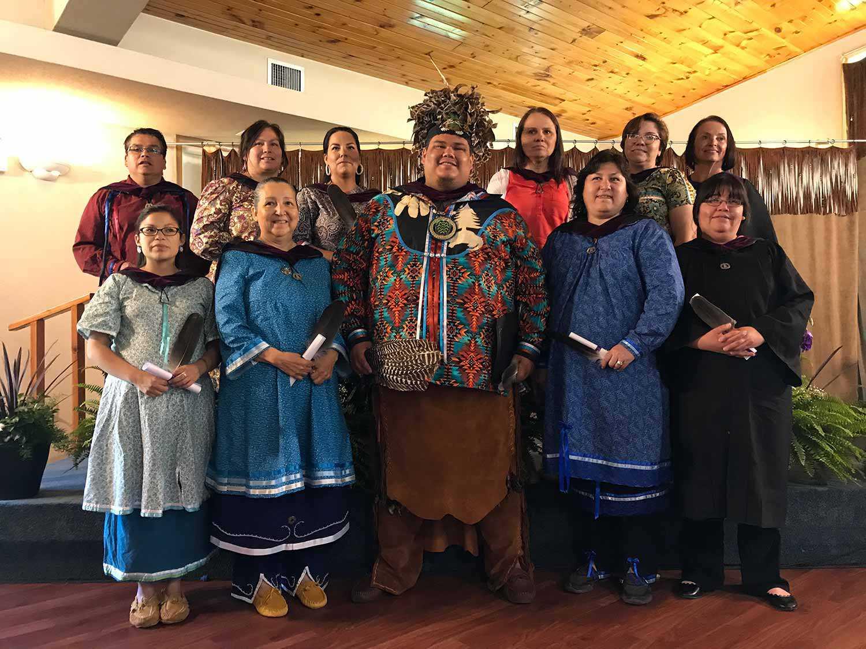 Étudiants en tenue traditionnelle de l'École polytechnique des Six Nations.