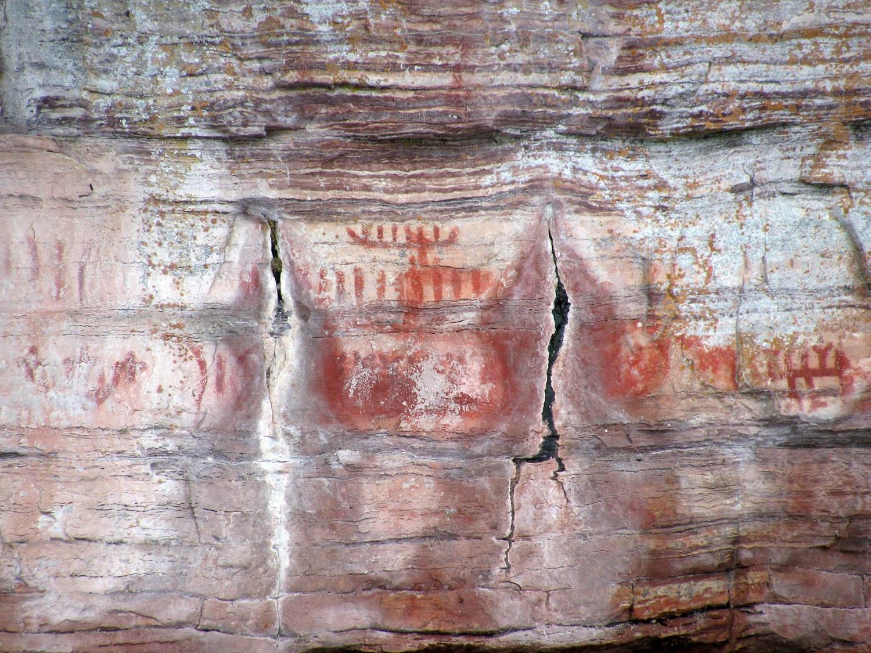 Le Maymaygwayshi, ou l'esprit de l'eau, peint sur la paroi d'une falaise près de l'embouchure de la  rivière Nipigon.he Maymaygwayshi, or water sprite, painted on a cliff near the mouth of the Nipigon River