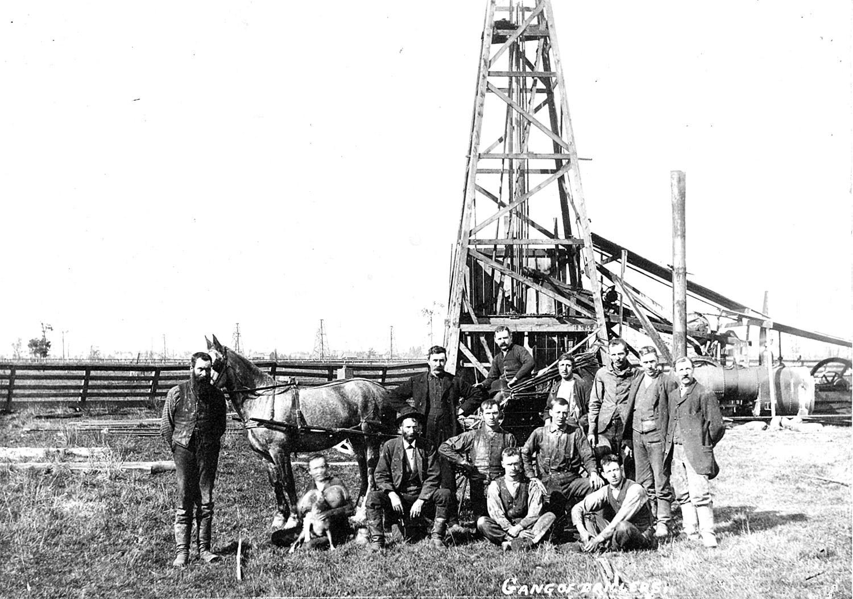 Les membres d'une équipe de forage posent devant leur appareil de forage à vapeur, à Petrolia, en 1910.