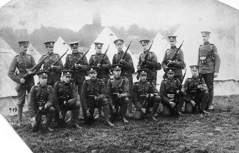Ce groupe affiche une allure considérablement plus martiale. Ces soldats à la tenue très soignée appartiennent à l'unité torontoise Queen's Own Rifles, en poste en Angleterre avant le début de la Première Guerre mondiale.