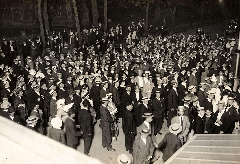 « La guerre est déclarée! » Scène ayant eu lieu devant les bureaux du Toronto Star à minuit, le 4 août 1914. Photo : Archives de l'Université Queen's, fonds A.A. Chesterfield.