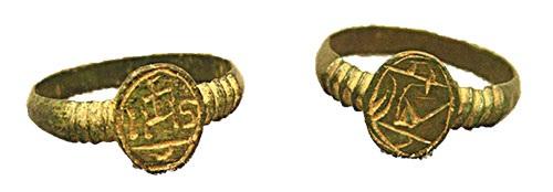 La présence de bagues iconographiques en alliage de cuivre dans des sites archéologiques des XVIIe et XVIIIe  siècles est  couramment attribuée aux missions jésuites.